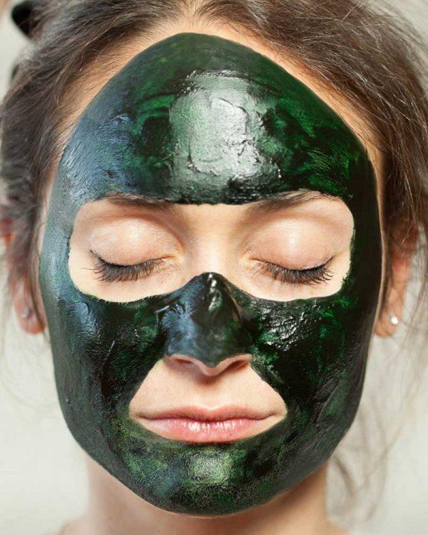 La-belle-spiruline---pose-de-masque-a-base-de-spiruline-pour-beaute-jeunesse