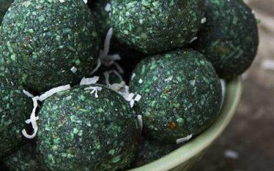 Billes de spiruline crues au citron et noix de coco